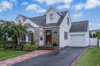 Rockville Centre Single Family Home For Sale: 100 Greystone Rd