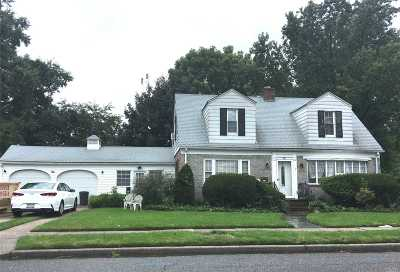 Hicksville Single Family Home For Sale: 94 East St
