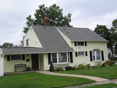 Hicksville Single Family Home For Sale: 48 Link Ln