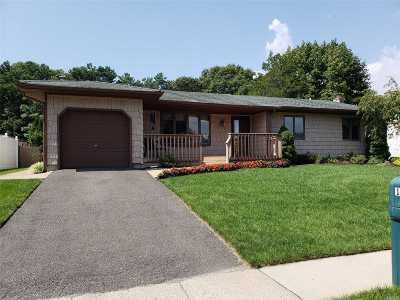 Holbrook Single Family Home For Sale: 128 Burleigh Dr