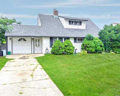 Levittown Single Family Home For Sale: 5 Straight Ln