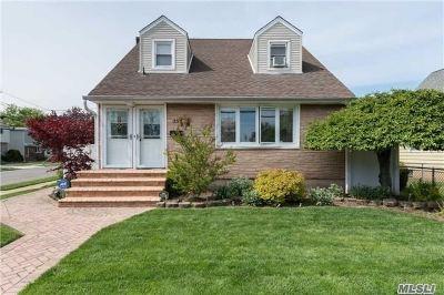 Westbury Single Family Home For Sale: 35 Morningside Dr