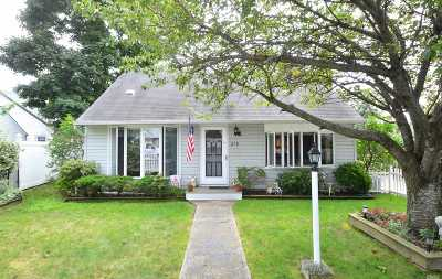 Lindenhurst Single Family Home For Sale: 219 Nevada St