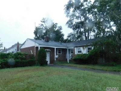 Lindenhurst Single Family Home For Sale: 200 E Hampton Rd