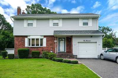 East Islip Single Family Home For Sale: 100 Fawn Dr