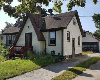 Massapequa Single Family Home For Sale: 7 Harbour Rd