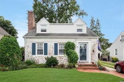 Malverne Single Family Home For Sale: 35 Doncaster Rd