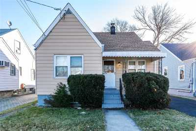 Hempstead Single Family Home For Sale: 47 Searing St