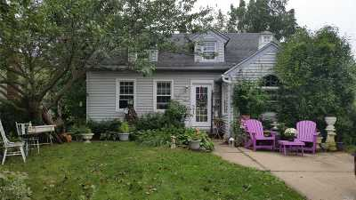 Lindenhurst Single Family Home For Sale: 537 6th St