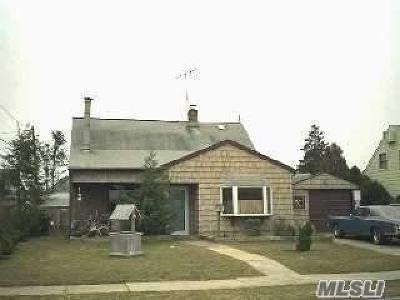 Levittown Single Family Home For Sale: 8 Glen Ln