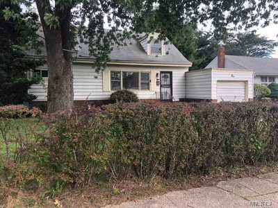 Plainview Single Family Home For Sale: 1 Lincoln Gate