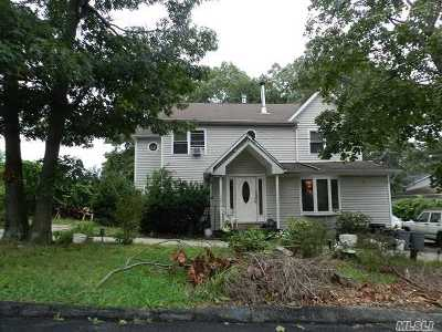 Selden Single Family Home For Sale: 104 Highview Dr