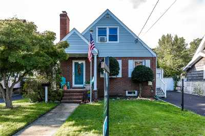 Merrick Single Family Home For Sale: 35 Annette Ave