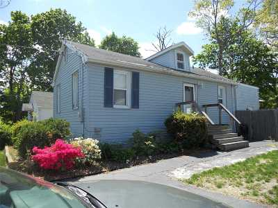 Farmingville Single Family Home For Sale: 14 Woodmont Pl