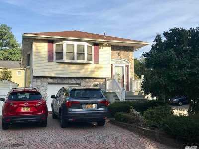 Hauppauge Single Family Home For Sale: 61 Parkway Gardens Blvd