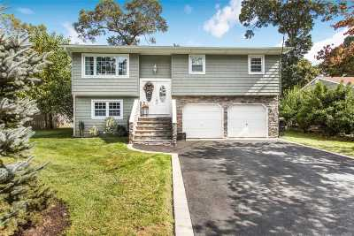 Center Moriches Single Family Home For Sale: 17 Old Neck Rd S