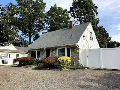 Levittown Single Family Home For Sale: 27 Center Ln