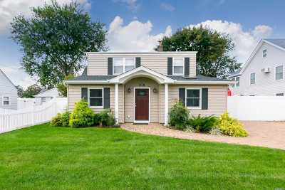 Levittown Single Family Home For Sale: 252 Center Ln