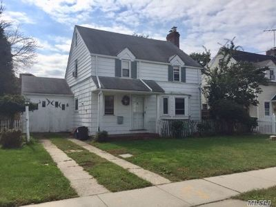 Hempstead Single Family Home For Sale: 18 Devon Rd