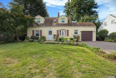 Levittown Single Family Home For Sale: 200 Old Farm Rd