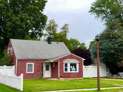 Levittown Single Family Home For Sale: 229 Old Farm Rd
