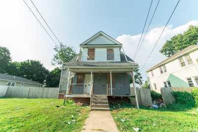 Hempstead Single Family Home For Sale: 99 Harvard St