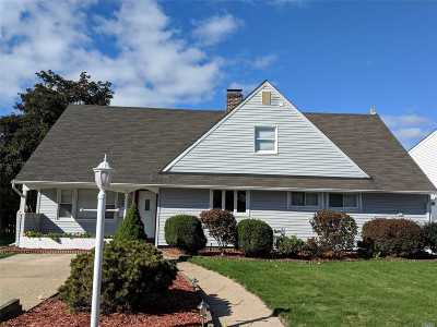 Levittown Single Family Home For Sale: 52 Trapper Ln