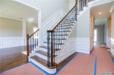 Syosset Single Family Home For Sale: 134 Syosset Cir