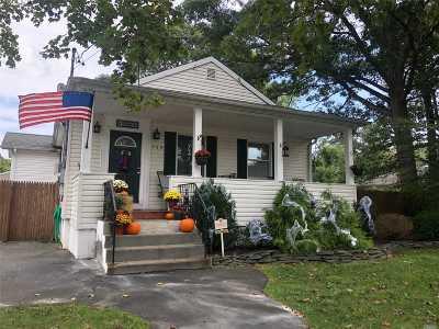 Selden Single Family Home For Sale: 155 N Evergreen Dr