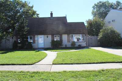 Levittown Single Family Home For Sale: 16 Dogwood Ln