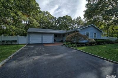 Holbrook Single Family Home For Sale: 18 Maria Ct