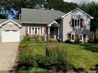 Centereach Single Family Home For Sale: 44 Picket Ln