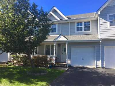 central Islip Condo/Townhouse For Sale: 2 Clubhouse Cir