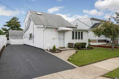 Wantagh Single Family Home For Sale: 2479 Riverside Dr