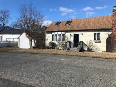 Lindenhurst Single Family Home For Sale: 799 Pecan St