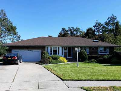 Plainview Single Family Home For Sale: 4 Queens Ct
