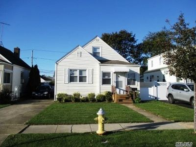 Lindenhurst Single Family Home For Sale: 111 Deauville Pky