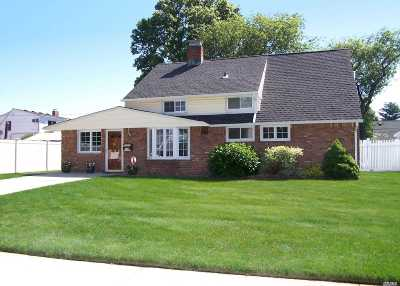 Hicksville Single Family Home For Sale: 174 Scooter Ln