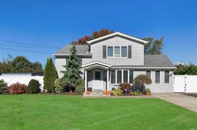 East Islip Single Family Home For Sale: 16 Robinhood Dr