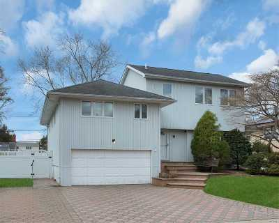 Syosset Single Family Home For Sale: 17 Parkway Dr