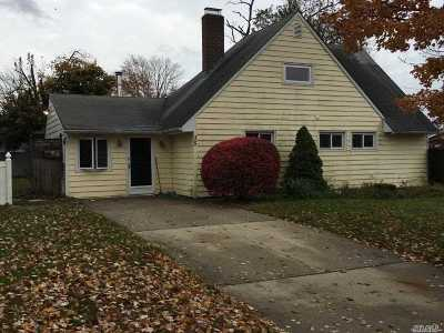 Wantagh Single Family Home For Sale: 35 Wildwood Ln
