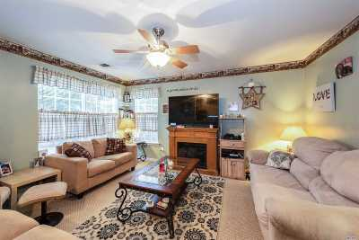 Massapequa Condo/Townhouse For Sale: 18 Southampton Dr
