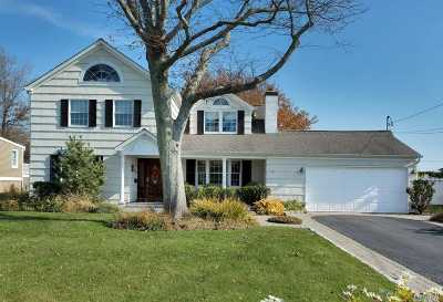West Islip Single Family Home For Sale: 125 E Sequams Ln