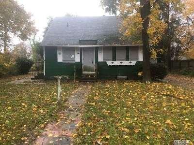 Central Islip  Single Family Home For Sale: 52 E Walnut St