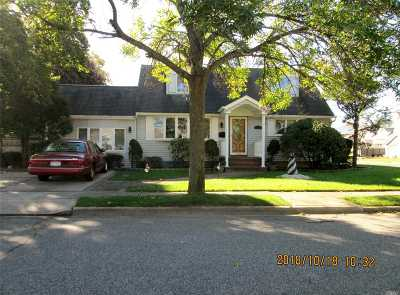 Farmingdale Single Family Home For Sale: 2 Beryl Ln