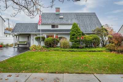 Levittown Single Family Home For Sale: 5 Hamlet Rd