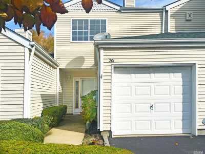 Manorville Condo/Townhouse For Sale: 201 Gothic Cir