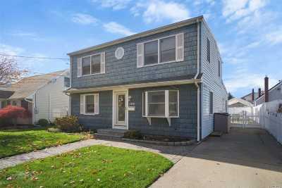 Plainview Single Family Home For Sale: 104 Elmwood St