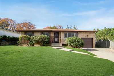 Plainview Single Family Home For Sale: 32 Beaumont Dr