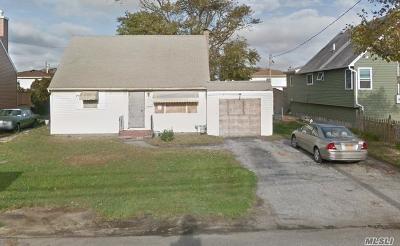 Lindenhurst Single Family Home For Sale: 456 Granada Pkwy